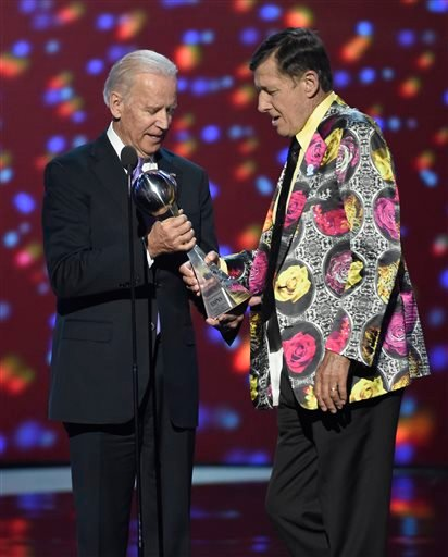 Vice President Joe Biden, left, presents Craig Sager with the Jimmy V award for perseverance at the ESPY Awards at Microsoft Theater on Wednesday, July 13, 2016, in Los Angeles. (Photo by Chris Pizzello/Invision/AP)