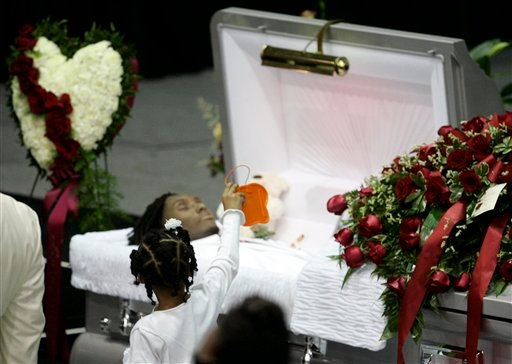 Seini Henry, daugther of Cincinnati Bengals wide receiver Chris Henry, shows a message to Henry before a memorial service in Westwego, La., Tuesday, Dec. 22, 2009. (AP Photo/Patrick Semansky)