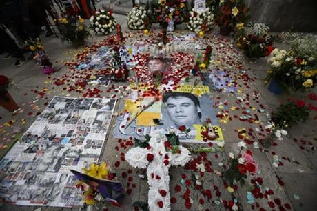 The Fine Art Palace openned its doors Monday for a public memorial with full honors for the artist whose ashes will be on display for two days, allowing family, friends and fans the opportunity to pay their last respects to the Mexican legend. (AP Photo/R