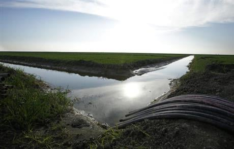 Jerry Brown wants to build to haul water across California are economically feasible only if the federal government bears a third of the nearly $16 billion cost because local water districts may not benefit as expected, according to an analysis that the s