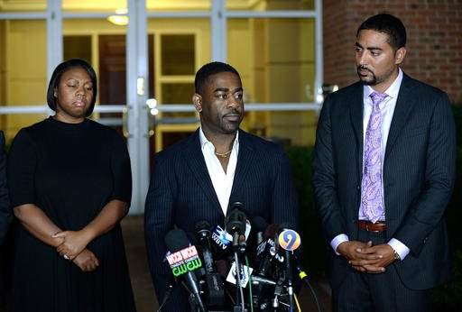 Rachel, left, and Ray Dotch, center, sister-in-law and brother-in-law to Keith Lamont Scott, give a news conference in Charlotte, N.C., Sept. 24, 2016. (Jeff Siner/The Charlotte Observer via AP)
