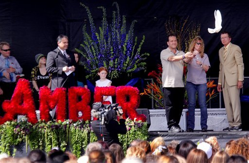 Maurice Dubois and his ex-wife Carrie McGonigle release a dove in honor of their daughter Amber Dubois during a celebration of her life ceremony at Escondido High School. (AP Photo/Sandy Huffaker)