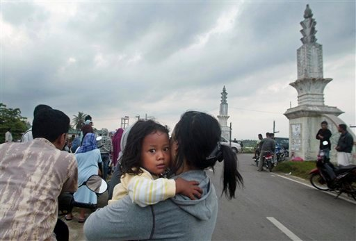 Residents flee their homes after an earthquake in Banda Aceh on Sumatra island, Indonesia, Wednesday, April 7, 2010. A 7.7 earthquake shook Indonesia's northwest island of Sumatra early Wednesday, prompting a brief tsunami warning.