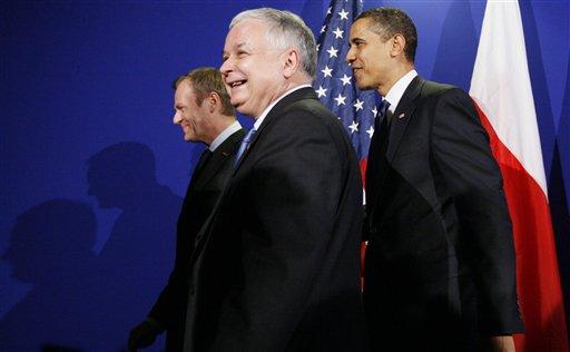 The April 5, 2009 file photo shows US President Barack Obama walking with Polish President Lech Kaczynski, center, and Polish Prime Minister Donald Tusk, left, at the European Union (EU) and United States (US) summit in Prague. (AP Photo/Charles Dharapak)