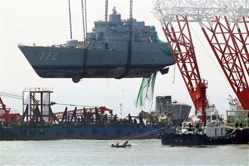 A giant offshore crane salvages portion of the sunken South Korean naval ship Cheonan off Baengnyeong Island, South Korea, Saturday, April 24, 2010.  (AP Photo/Yonhap, Jin Sung-chul)