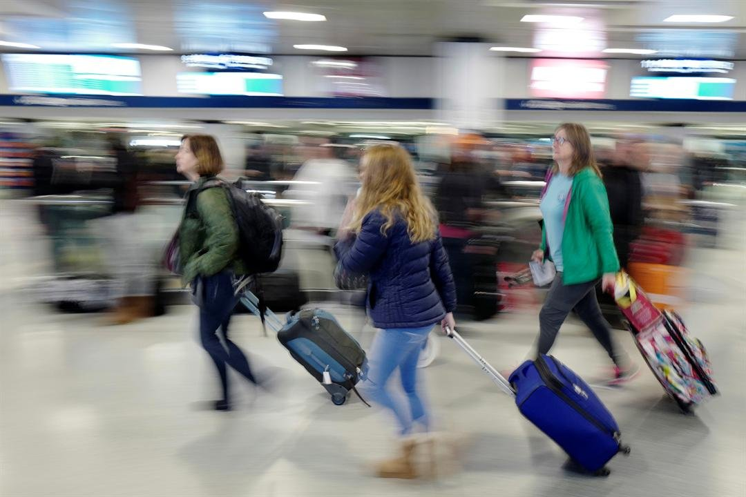 Passengers rush through New York's Penn Station to catch their train, Sunday, Nov. 27, 2016. Millions of Americans are returning home Sunday after the long Thanksgiving weekend. (AP Photo/Mark Lennihan)