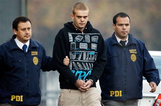 Chilean authorities escort Joran van der Sloot, center, out of a police station to be flown back to the Peruvian border, in Santiago, Chile, Friday, June 4, 2010. (AP Photo/Aliosha Marquez)