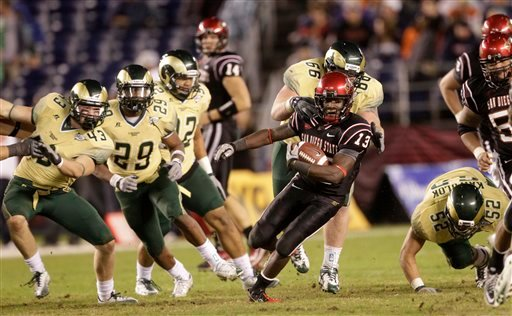 San Diego State Aztecs running back Ronnie Hillman is pursued by the Colorado State defense while gaining part of his 151 yards rushing in the San Diego's 24-19 victory.  (AP Photo/Lenny Ignelzi)