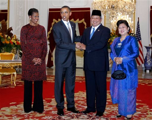 U.S. President Barack Obama, second left, first lady Michelle Obama, left, Indonesian President Susilo Bambang Yudhoyono, second right, and his wife Ani Herrawati participate in an arrival ceremony at the Istana Merdeka in Jakarta, Indonesia.
