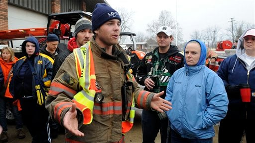 Micah Borton, captain with the Morenci fire department talks to volunteers as the search for 9-year-old Andrew, 7-year-old Alexander and 5-year-old Tanner Skelton continues in Morenci, Mich., Nov. 30, 2010. (AP Photo/The Detroit News, David Coates)