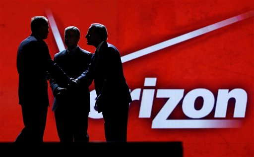 Consumer Electronics Association president and Chief Executive Officer Gary Shapiro, left, greets Verizon Communications Inc., chairman and Chief Executive Officer Ivan Seidenberg, right, and president and Chief Operating Officer Lowell McAdam. (AP)