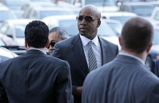 Former baseball player Barry Bonds walks into a federal courthouse in San Francisco, Friday, Jan. 21, 2011.