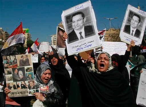 Egypt's top prosecutor requested on Monday the freezing of the foreign assets of ousted president Hosni Mubarak and his family, announced state TV. (AP)