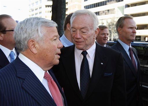 NFL owners Robert Kraft, New England Patriots, left, talks with Jerry Jones, Dallas Cowboys, as NFL Roger Goodell, second from right, and John Mara, New York Giants, arrive for football labor negotiations 3/2/2011, in Washington. (AP Photo/Alex Brandon)