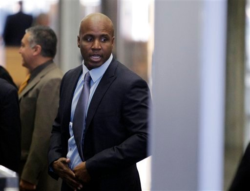 Barry Bonds goes through security at a federal courthouse as his trial resumes, Monday, March 28, 2011, in San Francisco. (AP Photo/Paul Sakuma)