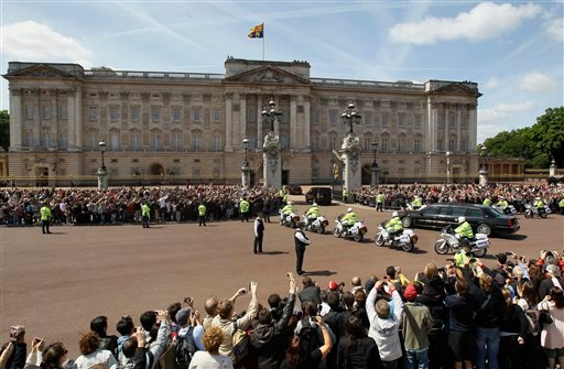 The convoy carrying U.S. President Barack Obama drives into Buckingham Palace.