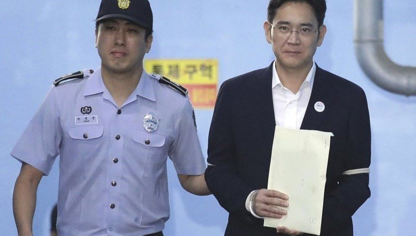 Samsung Electronics Co. Vice Chairman Lee Jae-yong, right, leaves after his verdict trial at the Seoul Central District Court Friday, Aug. 25, 2017 in Seoul, South Korea.