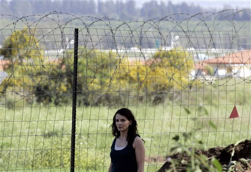 "In this March 29, 2007 file photo, French actress Juliette Binoche acts on the set of the film ""Disengagement,"" by noted Israeli director Amos Gitai, in Nitzan, southern Israel. (AP)"