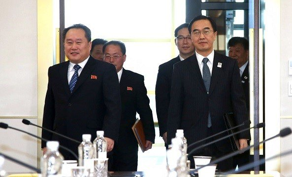 South Korean Unification Minister Cho Myoung-gyon, right, and head of North Korean delegation Ri Son Gwon, left.