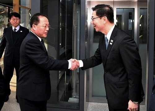 South Korean Vice Unification Minister Chun Hae-sung, right, shakes hands with the head of North Korean delegation Jon Jong Su.