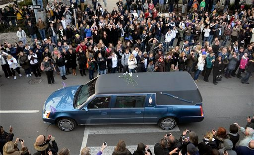 People pay their respects as the hearse carrying the casket of former Penn State football coach Joe Paterno passes through State College, Pa., Wednesday Jan. 25, 2012. Paterno died Sunday at the age of 85. (AP Photo/John Beale)