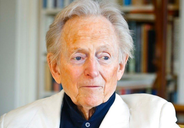 "In this July 26, 2016 file photo, American author and journalist Tom Wolfe, Jr. appears in his living room during an interview about his latest book, ""The Kingdom of Speech,"" in New York. (AP Photo/Bebeto Matthews, File)"
