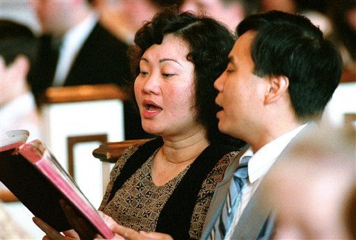 In this May 25, 1992 file photo, Phan Thi Kim Phuc and her husband, Bui Huy Toan, sing during a service at the Faithway Baptist Church in Ajax, Ontario, Canada. (AP)