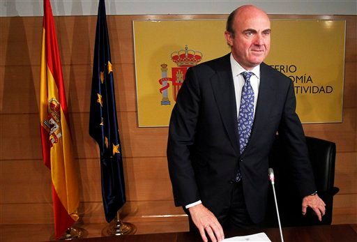 Spain's Economy Minister Luis de Guindos gestures during a news conference at the Ministry of Economy and Competitiveness in Madrid, Spain, Saturday, June 9, 2012. (AP)