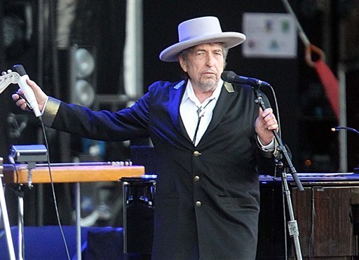 "FILE - This July 22, 2012 file photo shows U.S. singer-songwriter Bob Dylan performing on at ""Les Vieilles Charrues"" Festival in Carhaix, western France. (AP Photo/David Vincent, file)"