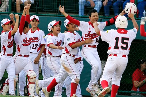© Tokyo's Noriatsu Osaka, second from right, celebrates with teammates after hitting a walk-off, two-run home run against Goodlettsville, Tenn., in the fifth inning of the Little League World Series championship baseball game in South Williamsport, Pa.