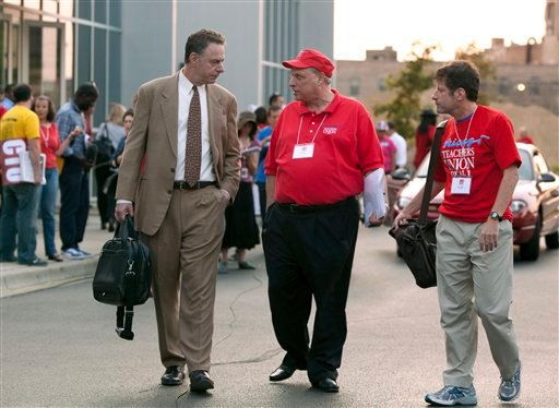 © Chicago Teachers Union lawyer Robert Bloch, left, talks to CTU delegates following a meeting Sunday, Sept. 16, 2012 in Chicago.