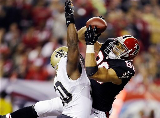 Atlanta Falcons tight end Tony Gonzalez (88) makes a catch for a touchdown as New Orleans Saints Saints middle linebacker Curtis Lofton (50) defends during the first half of an NFL football game, Thursday, Nov. 29, 2012, in Atlanta.