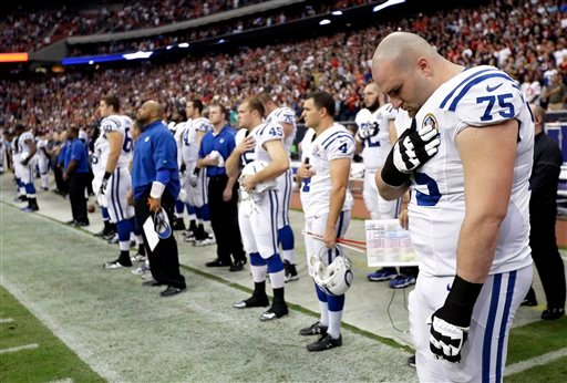 © Indianapolis Colts guard Mike McGlynn (75) bows his head during a moment of silence for the victims of the Sandy Hook Elementary School shootings before an NFL football game against the Houston Texans Sunday, Dec. 16, 2012, in Houston.