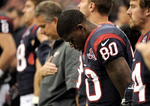 © Houston Texans wide receiver Andre Johnson (80) bows his head before an NFL football game against the Indianapolis Colts Sunday, Dec. 16, 2012, in Houston. (AP Photo/Dave Einsel)
