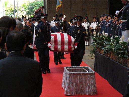 © Pallbearers carry the casket of U.S. Sen. Daniel Inouye into the courtyard of the Hawaii state Capitol during a visitation ceremony in Honolulu on, Saturday Dec. 22, 2012. (AP Photo/Oskar Garcia)