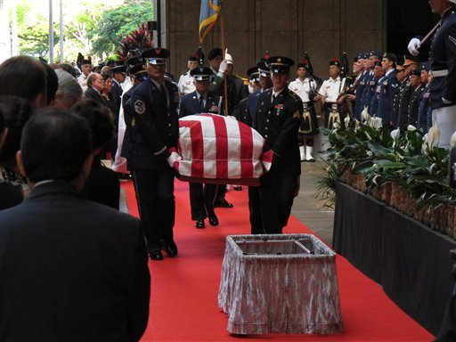 © Pallbearers carry the casket of U.S. Sen. Daniel Inouye into the courtyard of the Hawaii state Capitol during a visitation ceremony in Honolulu on, Saturday Dec. 22, 2012. (AP Photo/Oskar Garcia)