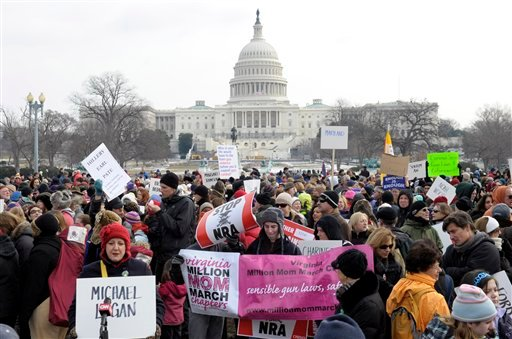 © People walk from the U.S. Capitol to the Washington Monument in Washington, Saturday, Jan. 26, 2013, during a march on Washington for gun control. (AP Photo/Susan Walsh)
