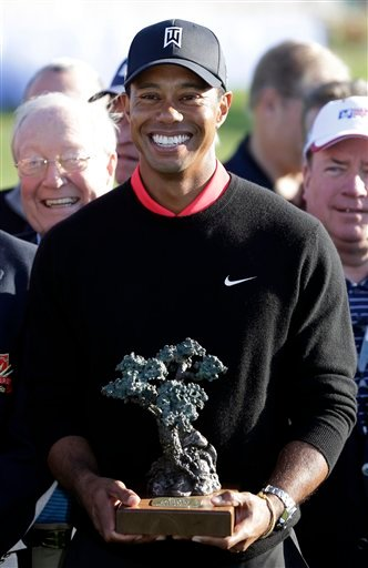 © Tiger Woods poses with the trophy after winning the Farmers Insurance Open golf tournament at the Torrey Pines Golf Course, Monday, Jan. 28, 2013, in San Diego.