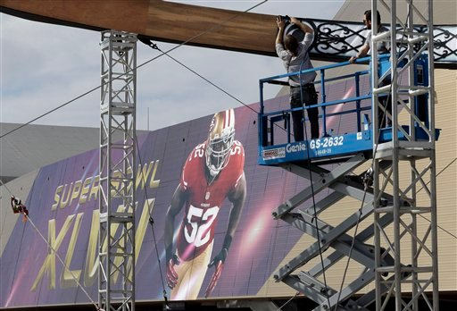 © Workers build a structure outside the Mercedes-Benz Superdome on Monday, Jan. 28, 2013, in New Orleans. The San Francisco 49ers are scheduled to face the Baltimore Ravens in the NFL Super Bowl XLVII football game on Feb. 3.