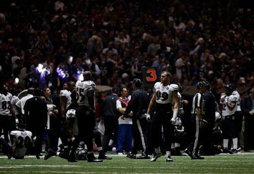 © Baltimore Ravens players look around the Superdome after the lights went out during the second half of NFL Super Bowl XLVII football game Sunday, Feb. 3, 2013, in New Orleans. (AP Photo/Matt Slocum)