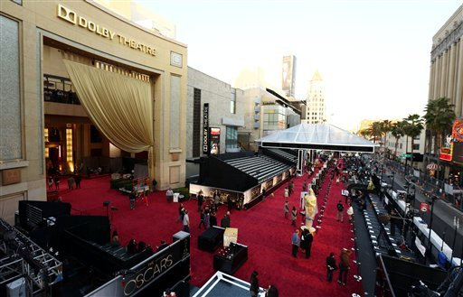 © People prepare the red carpet at the Dolby Theatre for the 85th Academy Awards in Los Angeles, Saturday, Feb. 23, 2013. The Academy Awards are scheduled for Sunday, Feb. 24, 2013. (Photo by Matt Sayles/Invision/AP)