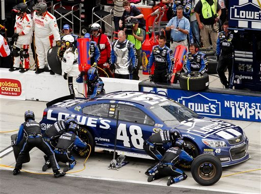 © Jimmie Johnson pits for tires and fuel during the NASCAR Daytona 500 Sprint Cup Series auto race at Daytona International Speedway, Sunday, Feb. 24, 2013, in Daytona Beach, Fla. (AP Photo/David Graham)