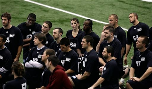 © Lauren Silberman, top center, kneels on the indoor turf before kicker tryouts at the NFL football regional combine workout on Sunday, March 3, 2013, in Florham Park, N. J.(AP Photo/Mel Evans)