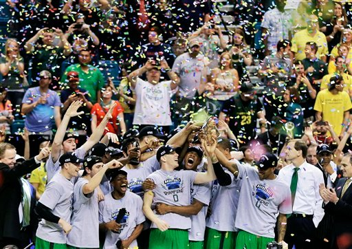 © Oregon players hold up the championship trophy after defeating UCLA in an NCAA college basketball game at the Pac-12 Conference tournament, Saturday, March 16, 2013, in Las Vegas. Oregon won 78-69. (AP Photo/Julie Jacobson)