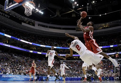 © Oklahoma's Buddy Hield, right, shoots over San Diego State's Xavier Thames during the first half of a second-round game of the NCAA college basketball tournament on Friday, March 22, 2013, in Philadelphia. (AP Photo/Matt Rourke)