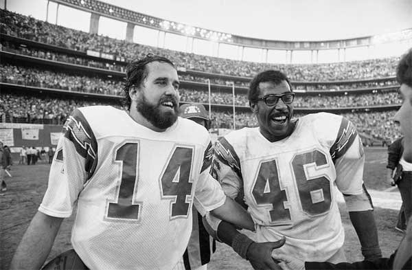 Former Chargers Dan Fouts (left) and Chuck Muncie (right) - Image courtesy of Chargers.com