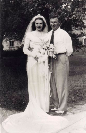 In this Aug. 20, 1947 photo, Harold and Ruth Knapke pose for a photo on their wedding day in St. Henry, Ohio. (AP)
