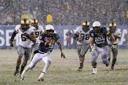 Navy quarterback Keenan Reynolds (19) runs in a touchdown during the first half of an NCAA college football game against Army, Saturday, Dec. 14, 2013, in Philadelphia. (AP Photo/Matt Slocum)