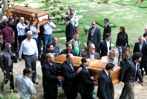 Relatives and friends carry the remains of Monica Spear, right, and of her ex-husband Thomas Henry Berry, top left, during their funeral at the East Cemetery in Caracas, Venezuela, Friday, Jan. 10, 2014. (AP)