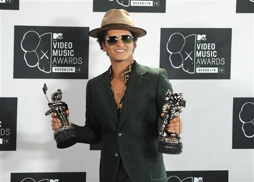 "In this Aug. 25, 2013 file photo, Bruno Mars poses backstage with the award for Best Male Video for ""Locked Out of Heaven"" at the MTV Video Music Awards at the Barclays Center in the Brooklyn borough of New York."